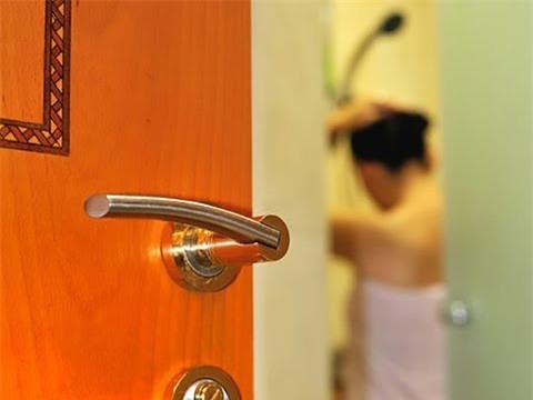 """Quay trộm em hàng xóm tắm để tống tiền, 9X nhận """"cái kết đắng"""""""