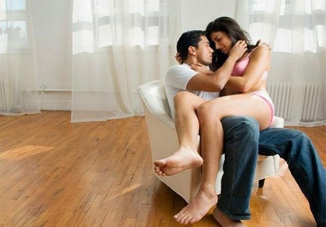 Vừa thấy vợ về, chồng vội vàng đẩy bồ vào trong tủ quần áo mà không hề biết vợ đã làm trước việc đó