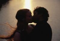 Tôi không cưỡng lại được nụ hôn ngọt ngào của bạn thân chồng